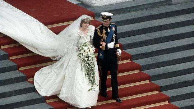 Pangeran Charles dan Lady Diana Spencer menuruni tangga Katedral St Paul setelah upacara pernikahan tahun 1981.