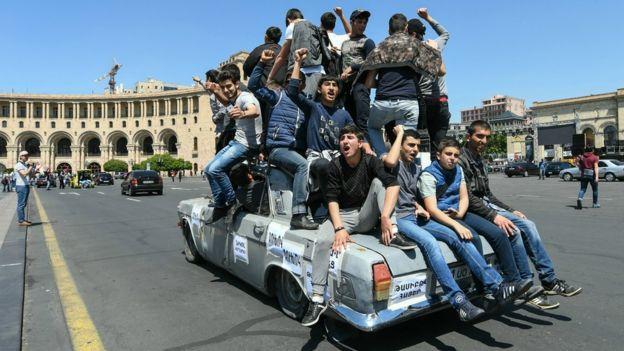 Jóvenes opositores obre un auto