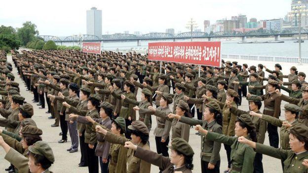 Manifestación de mujeres en Pyongyang contra los Estados Unidos
