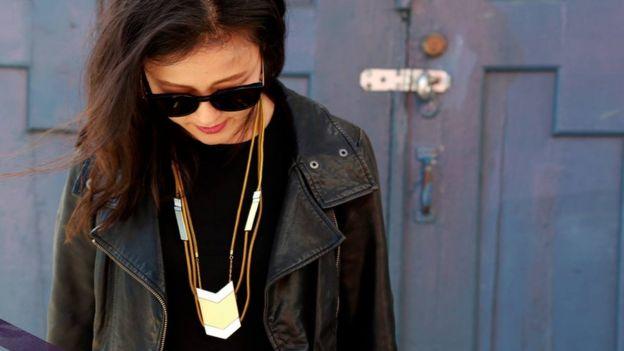 Williams creó una empresa para diseñar audífonos ocultos en collares. (Foto: Tinsel).