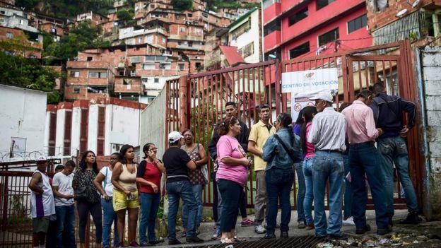 Personas hacen fila para la Asamblea Constituyente
