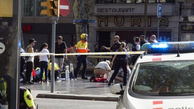 Policiais e equipes de resgate