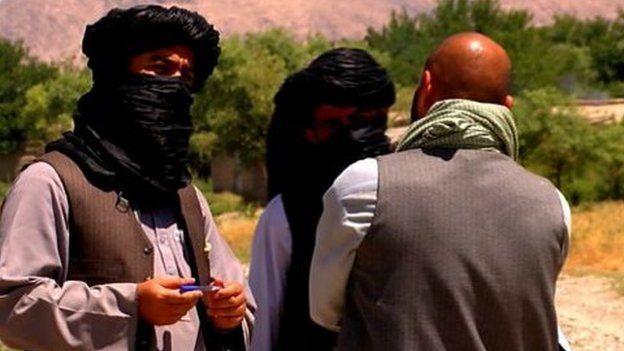 Talibanes conversan con el periodista de la BBC Auliya Atrafi