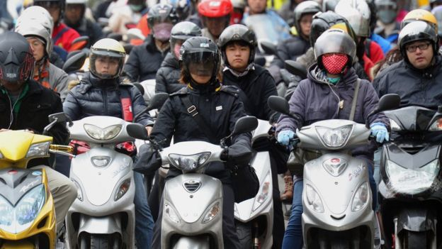 台湾街头机车骑士。
