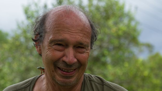 O professor Miguel Trefaut com uma perereca no ombro