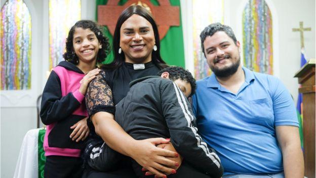 Alexya Salvador com família na ICM