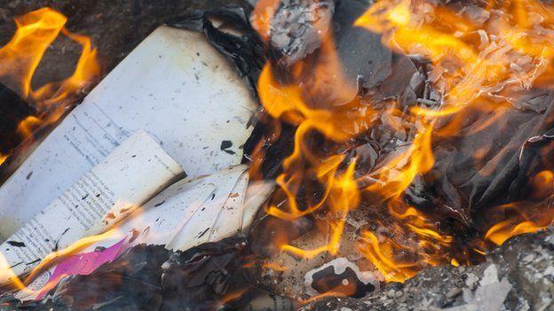 Documentos quemándose