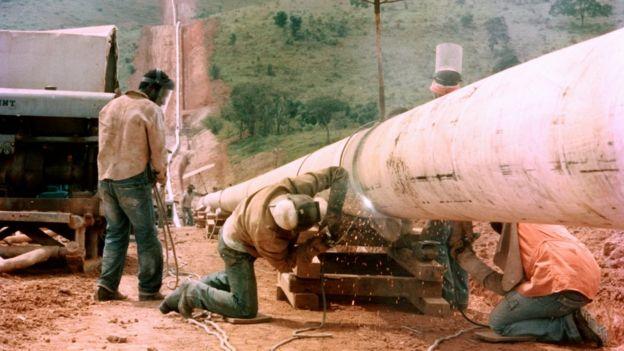 Trecho da malha de gasodutos da Petrobras sendo construído em 1987, um ano antes da sua inauguração