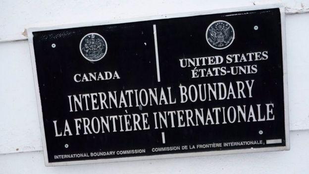 Placa en la frontera entre Estados Unidos y Canadá.