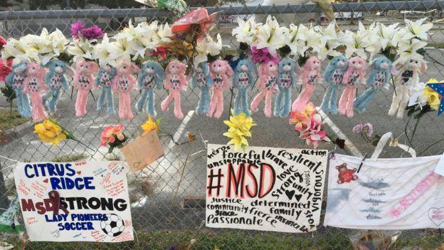 Recuerdos y homenajes a los alumnos fallecidos en el tiroteo de la escuela de Florida. (Foto Lioman Lima)