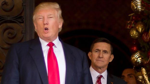 Donald Trump con Michael Flynn (der.)
