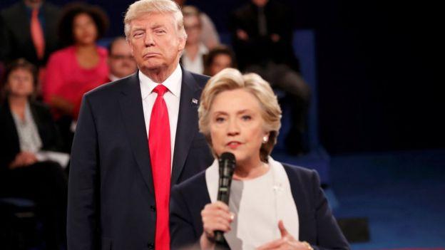 Donald Trump mirando a Hillary Clinton.