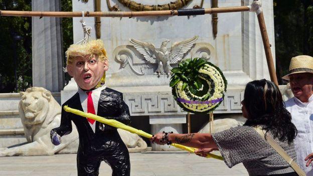 Mexicanos golpean una piñata en la forma de Donald Trump
