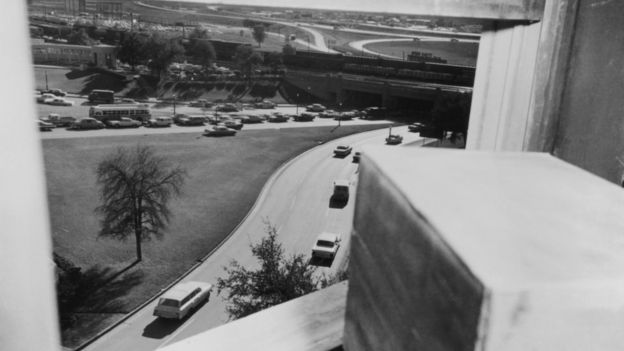 Вид из окна Техасского книгохранилища, снято через час после убийства