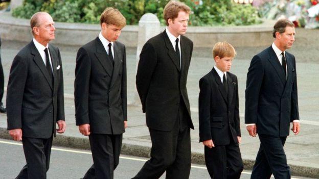El duque de Edimburgo, el príncipe William, el conde Spencer, el príncipe Harry y el príncipe Carlos caminan detrás del féretro de Diana, durante su funeral.
