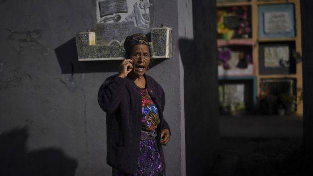 Una mujer guatemalteca habla por celular