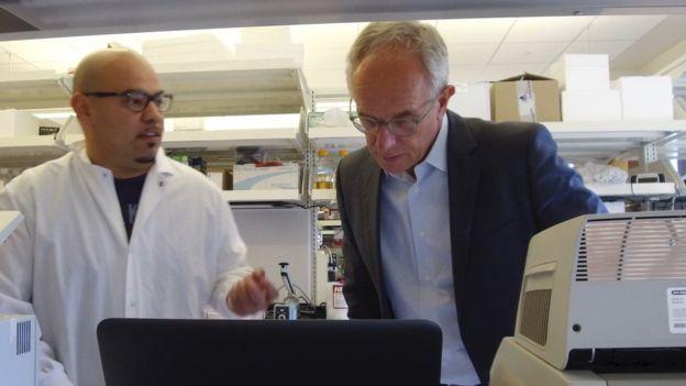 Eric Verdin (dereita) num laboratório