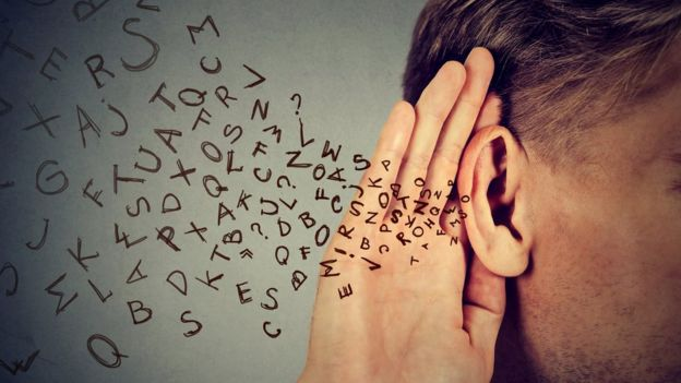Hombre escuchando cosas ininteligibles