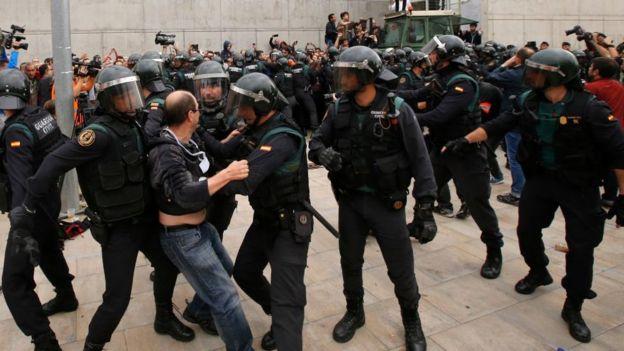 Altercados con la policía en la jornada del referéndum.