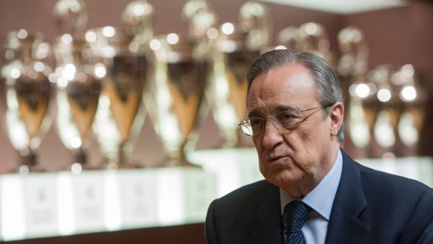 Pérez posa frente a la vitrina de trofeos