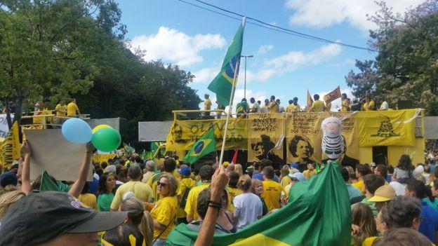 Manifestação antipetista em Porto Alegre