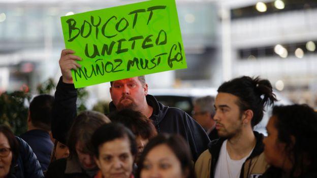 白人群众参与亚裔美国人社团在芝加哥奥黑尔国际机场声援被殴乘客陶成德的集会(11/4/2017)