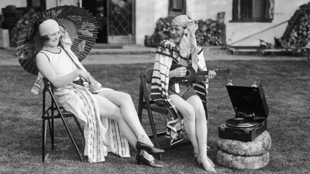 mujeres usando un fonógrafo