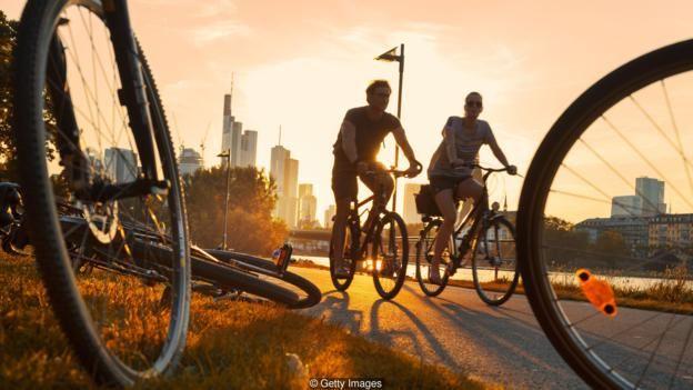 Nhiều người đi làm bằng xe đạp hoặc đi bộ