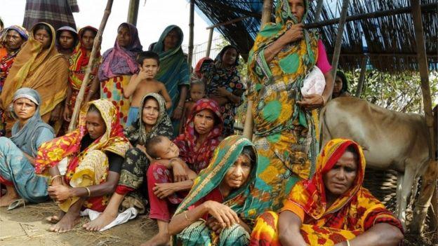 As vítimas de inundações esperam por ajuda em Jamtola, Sariakandi, Bogra, Bangladesh (17 de agosto de 2017)