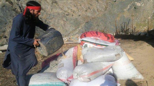 Член религиозного ополчения ИГ в Афганистане сжигает на камеру наркотики