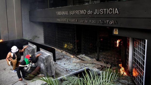 Un grupo de manifestantes lanzaron objetos contundentes hacia la fachada de una de las sedes del Tribunal Supremo de Justicia, en el este de Caracas.