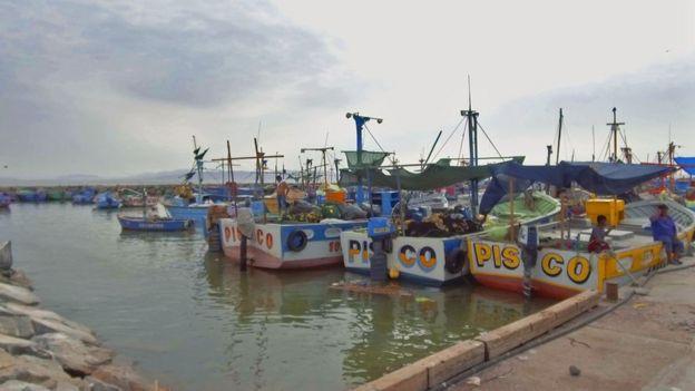 Lanchas en el puerto de Pisco