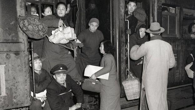 圖為1949年南京火車站上,各地的人們