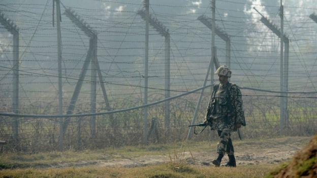 Quân Ấn Độ tuần tra ở một đoạn biên giới ở Kashmir với vùng do Pakistan kiểm soát