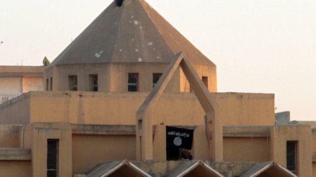 Bandera de Estado Islámico en una iglesia de Raqa, Syria.