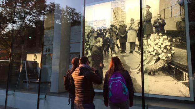 1970年西德總理勃蘭特向猶太受難者下跪道歉照片