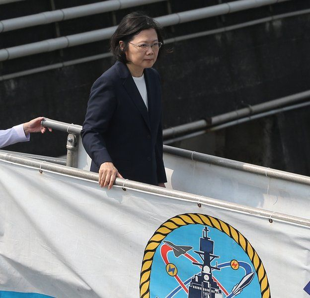 台灣總統蔡英文視察宜蘭作戰中心。