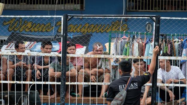 Sipir Rutan Bagansiapiapi berinteraksi dengan warga binaan