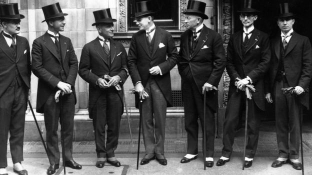 رجال يرتدون سُترات قصيرة