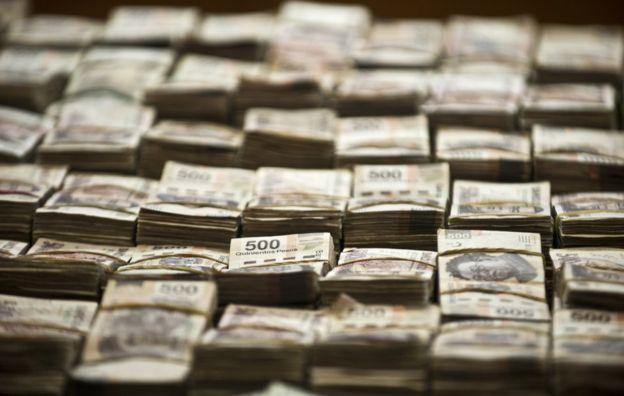 El millón de dólares y los 41 millones de pesos requisados a Eric Jován Lozano Díaz, presunto miembro de los Zetas, y presentados a la prensa en Ciudad de México el 15 de junio 2012.