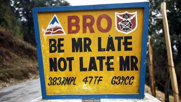 Những biển báo hài hước ở Bhutan _95589799_413c67d0-b75a-4181-810d-77493e381a75