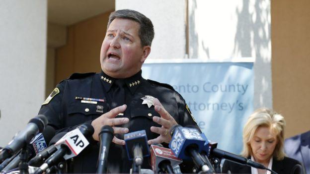 El alguacil del condado de Sacramento Scott Jones ofrece una rueda de prensa por la detención de Joseph James DeAngelo