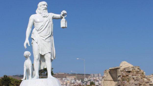 تمثال للفيلسوف ديوجين