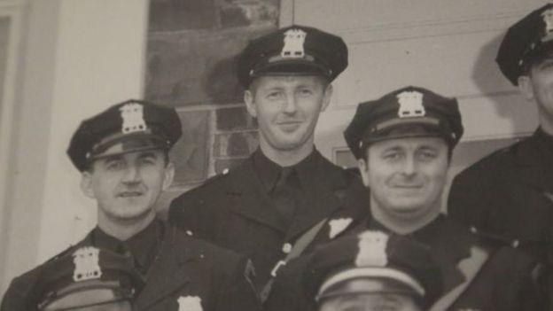 الشرطي بوكن في الوسط