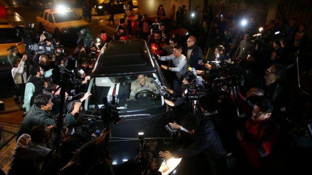 Ollanta Humala y Nadine Heredia saliendo de su casa en una camioneta negra hacia el Poder Judicial.