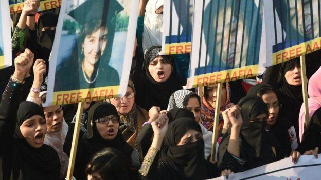 Demo meminta Aafia Siddiqui dibebaskan atas tuduhan percobaan pembunuhan.