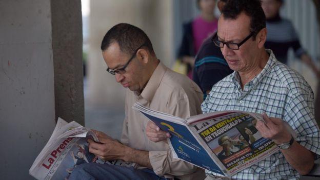 Hondureños leyendo la prensa en Tegucigalpa.