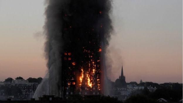 Günün ilk saatlerinde bina yanmaya devam ediyordu