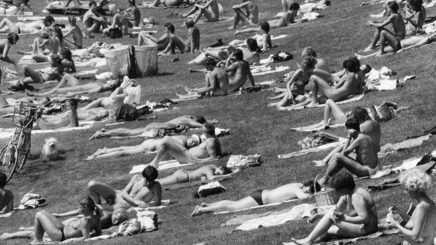 Nudistas en una playa de la RDA en la década de los 80.