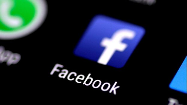 Celular com atalho para app do Facebook